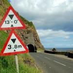 Un exemple de signalisation (facultative) dans les deux systèmes au Royaume-Uni (image Wikipédia)